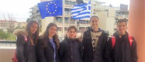 5 μαθητές ,3 κοριτσια και 2 αγόρια , μαθητές των εκπαιδευτηρίων, χαμογελούν στους αγώνες ΝΕ Γλώσσας