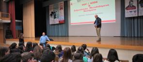 O κύριος Παναγιώτης Κολλάρας, μιλάει στους μαθητές του λυκείου των εκπαιδευτηρίων για το Aids και τα σεξουαρλικώς μεταδιδόμενα νοσήματα
