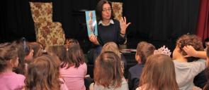 Τα νήπια των εκπαιδευτηρίων παρακολουθούν την παρουσίαση Ξετυλίγοντας το κουβάρι των συναισθημάτων