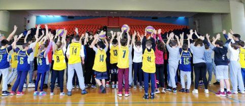 Οι μαθητές του γυμνασίου και του δημοτικού των εκπαιδευτηρίων μαντουλίδη φορώντας κίτρινες φανέλες είναι στραμένοι προς το κοινό με τα χέρια σηκωμένα