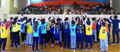 Ομάδα παιδιών πουσηκώνουν τα χέρια ψηλά μετά τον αγώνα ποδοσφαίρου σάλας μεταξύ του γυμνασίου και του λυκείου στο κλειστο γυμναστήριο των εκπαιδευτηρίων