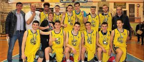 τα παιδιά της ομάδας μπάσκετ των εκπαιδευτηρίων ε μαντουλίδη και οι προπονητές τους φωτογραφίζονται μετά την κατάκτηση του πανελλήνιου πρωταθλήματος
