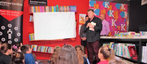 Οι μαθητές της δ δημοτικού των εκπαιδευτηρίων, κοιτούν τον συγγραφέα θοδωρή παπαϊωάννιου