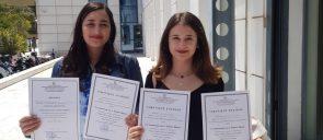 Oι μαθήτριες Ε. Δολόπικου, Z. - Μ. Καμοπούλου και Κ. Καρβουγιάζη κρατούν τους επαίνους τους
