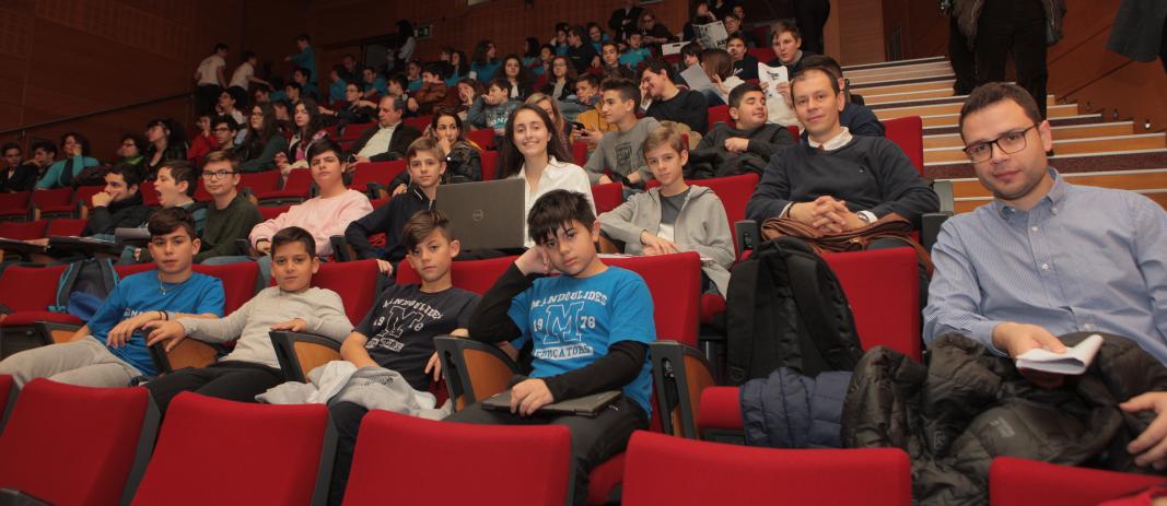 O κύριος ζτούπας και ο κύριος τζήμκας μαζί με τους μαθητές που συμμετείχαν στον 11ο Μαθητικό Συνέδριο Πληροφορικής Κεντρικής Μακεδονίας, στο κέντρο εκδηλώσεων των Εκπαιδευτηρίων Ε. Μαντουλίδη