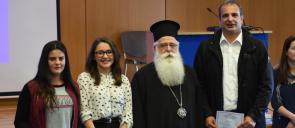 Οι μαθήτριες των Εκπαιδευτηρίων Ι. Θεοδωρίδου, Ε. Κηπουρού και Μ. Μαλιγκούδη μαζί με τον αρχιεπίσκοπο ιερόνυμο και τον κύριο χατζάκη στην αίθουσα του υπουργείου