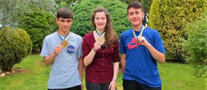 Οι μαθητές των Εκπαιδευτηρίων Β. Φραγκόπουλος, Ν. Κωνσταντινίδου, Ο. - Κ. Βλαχονάσιος δείχνουν τα μετάλλια τους