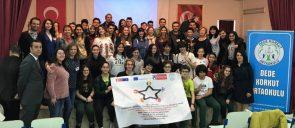 Οι μαθητές που συμμετείχαν στο Ευρωπαϊκό Πρόγραμμα Erasmus+ «Education for heritage, heritage for education» κρατούν τη σημαία του προγράμματος