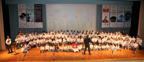 Οι Μαθητές του δημοτικού των εκπαιδευτηρίων στην σκηνή του κέντρου εκδηλώσεων των Εκπαιδευτηρίων Ε. Μαντουλίδη