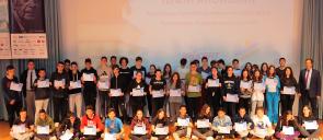 Οι βραβευθέντε;ς μαθητές των εκπαιδευτηρίων πάνω στη σκηνή του κέντρου εκδηλώσεων