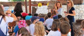 οι μαθητές των Προνηπίων επισκέφτηκαν τo Θεματικό Πάρκο «Anel Honey Park» και συγκεντρωμένοι ακούνε για τη διαδικασία παραγωγής μελιού και γνώρισαν μελισσοτροφικά φυτά