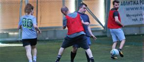 Δύο μπαμπάδες των εκπαιδευτηρίων αγωνίζονται για την διεκδίκηση της μπάλας, σε ένα γήπεδο 5 επί 5