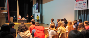 Οι μαθητές που διαγωνίστηκαν βρίσκονται στην σκηνή του κέντρου εκδηλώσεων και ένας ένας προχωράνε προς το κέντρο της σκηνής