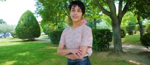 Η μαθήτρια των Εκπαιδευτηρίων Χ. Καραφυλλιά στέκεται όρθια με τα χέρια σταυρωμένα και πίσω της πράσινο φόντο με δένδρα