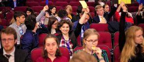 Η μαθήτρια της Β΄ Λυκείου των Εκπαιδευτηρίων Ζ. - Μ. Καμοπούλου χαμογελαστή σηκώνει στον αέρα την κίτρινη κάρτα, περιτριγυρισμένη από άλλους συμμετέχοντες