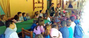 οι μαθητές της Β΄ Δημοτικού των Εκπαιδευτηρίων, στο πλαίσιο του εκπονούμενου προγράμματος με θέμα την υγιεινή διατροφή καθισμένοι γύρω από ένα τραπέζι ακούν για το πώς φτιάχνεται το ψωμί