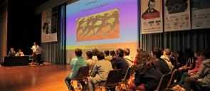 Οι μαθητές που συμμετείχαν στον διαγωνισμό, κοιτάζουν να προβάλλεται στο μεγάλο πανί μια ερώτηση σχετική με την εκεχειρία