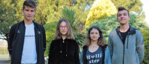 Οι 4 βραβευθέντες μαθητές των εκπαιδευτηρίων, 2 αγόρια και 2 κορίτσια