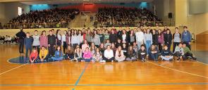 Μια μεγάλη ομάδα μαθητών στο κέντρο που γηπέδου μπάσκετ του αθλητικού κέντρου των Εκπαιδευτηρίων Ε. Μαντουλίδη