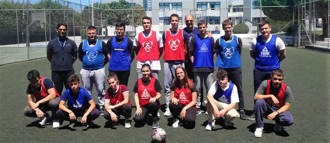 Στην Αθλητική Ημέρα για τους μαθητές του Λυκείου και του Γυμνασίου οι μαθητές βρίσκονται με τους προπονητές στο γήπεδο ποδοσφαίρου των εκπαιδευτηρίων
