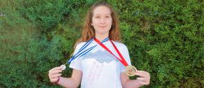 Η μαθήτρια των Εκπαιδευτηρίων Μ. Κόκερη κρατά τα μετάλλια της από τη διάκριση της στους διαγωνισμούς αθλητικού χορού