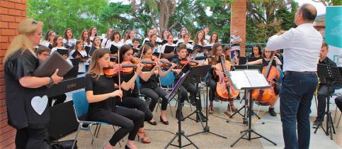 Τα παιδιά της ορχήστρας μαζί με τον μαέστρο παίζουν μουσική