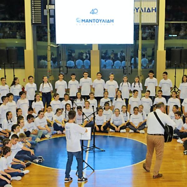 Οι απόφοιτοι μαθητές της ΣΤ' δημοτικού τραγουδούν με τον μαέστρο στο κέντρο